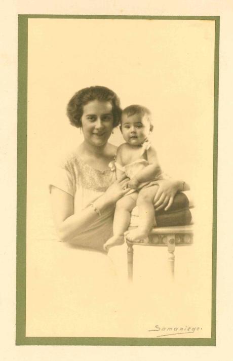 1925 - Con su madre